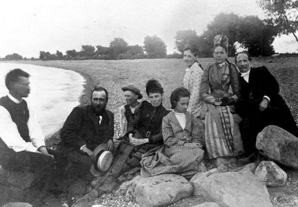 South Dakota Magazine editors are searching for the state s oldest buildings and artifacts, dating back to when Arthur Mellette (shown second from left) was our territorial governor. Photo courtesy of the Mellette Memorial Association.
