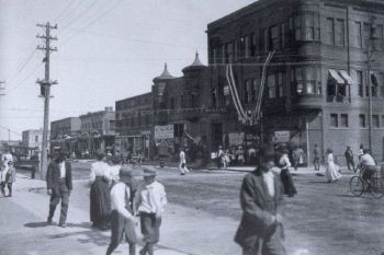 Bustling downtown Yankton, circa 1903. The Fantles department store is on the right. Photo courtesy of the Yankton County Historical Society.