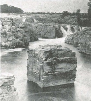 A chunk of quartz known as Table Rock was a Sioux Falls landmark in the falls of the Big Sioux until the 1881 flood dislodged it. The rock sank to the bottom of the falls.