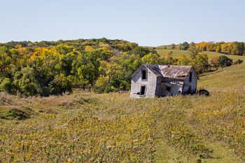 An abandoned house at the foot of the Coteau des Prairies.